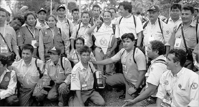 Agulló, no centro con camiseta blanca, xunto a Axentes forestais bolivianos