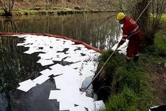 Os técnicos colocaron barreiras e material absorbente no río. C. Toimil