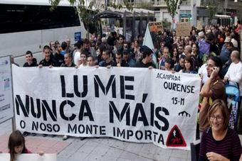 Centos de persoas, onte, en Ourense durante a manifestación en defensa do monte galego. Brais Lorenzo.