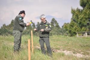 Axentes Medioambientais colocando estacas para o perímetro de protección de pita